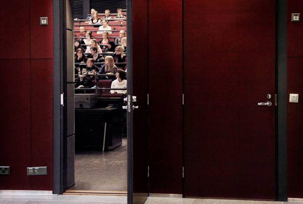 Nuori nainen kertoi käsittäneensä paljon myöhemmin Helsingin yliopiston sukupuolen tutkimuskurssilla, mitä hänelle on tapahtunut. Arkistokuva yliopistosta, kuvan henkilöillä ei ole tekemistä väitetyn rikoksen kanssa.