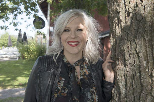 Helsingissä syntynyt Vappu Pimiä sanoo viihtyvänsä maaseudulla. Kesämökki Salossa on tärkeä paikka.