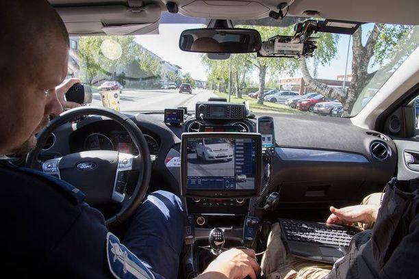 Videokameran kuva näkyy isossa näyttöruudussa, johon ilmestyvät myös tarvittavat reaaliaikaiset tiedot ajoneuvosta. Vanhempi konstaapeli Timo Vihervaara tarkkailee.