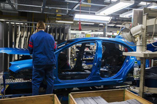 Valmet Automotivella menee lujaa. Arkistokuva Uudenkaupungin autotehtaalta 2017.