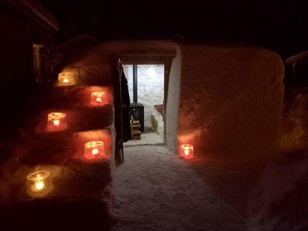 Näin kutsuvalta näyttää sisäänkäynti Lasse Räihän saunaan. Lassen mukaan sauna kannattaa lämmittää ensimmäisellä pesällisellä ovi auki, sillä se ehkäisee seinien sulamista.