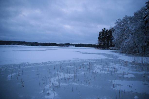 Jäät ovat merien rannikoilla vielä tuoreet ja ohuet.