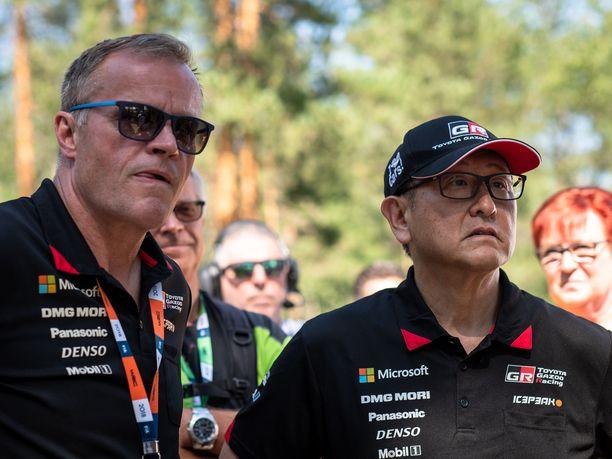 Tommi Mäkisen johtama Toyota on jo toisella MM-rallikaudellaan kiinni valmistajien mestaruudessa. Kuvassa myös japanilaisvalmistajan pääjohtaja Akio Toyoda.
