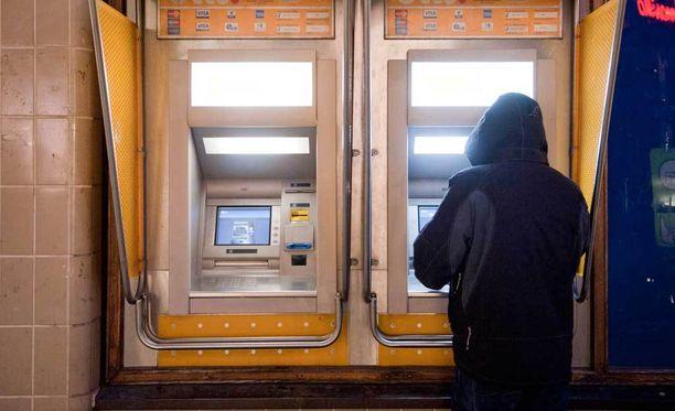 Treffi-ilmoituksella jymäytetty mies pakotettiin pankkiautomaatille. Kuva ei liity tapaukseen.