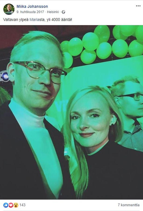 Maria Ohisalo ja Miika Johansson juhlistivat Ohisalon äänisaalista vuoden 2017 kuntavaaleissa.