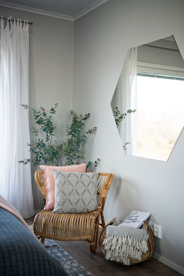 Rottinki tuo maanläheisyyttä sisustukseen. Jos et halua nimenomaan rottinkista huonekaluja tai esinettä, lähes saman efektin tuovat punotut korit.