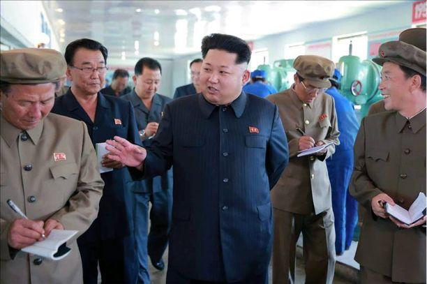 """Kim Jong-unin johtamassa Pohjois-Koreassa länsimaisten elokuvien ja tv-sarjojen katselu on vakava rikos. Kuvassa """"suuri johtaja"""" tarkistaa tehdasta Sinuijussa."""