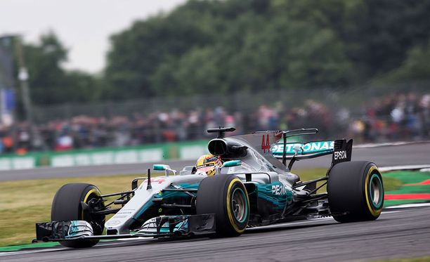 Lewis Hamltonin Mercedes kulki kuin unelma.