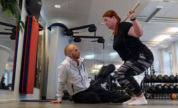Ohjelmassa Kirsi treenaa personal trainer Jussi Sievelän ohjauksessa.