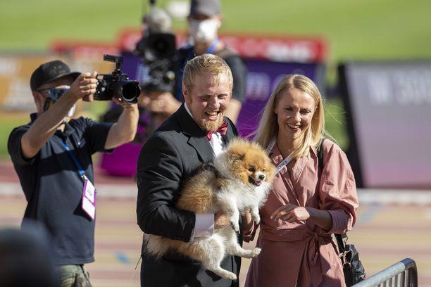 Tuomas Laaksonen kosi Veera Sahlbergia koko kisayleisön edessä. Myös koira pääsi mukaan ikuistamaan hetkeä.