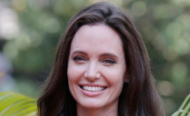 Angelina Jolie kuvaa elokuvaa Kambodzassa.