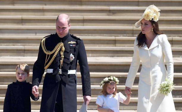 Bestman prinssi William, kukkaisneito prinsessa Charlotte, sormuspoika prinssi George ja herttuatar Catherine osallistuivat prinssi Harryn ja herttuatar Meghanin häihin ilman Louisia.