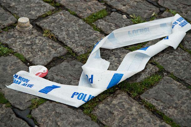 Mies puukotti sivullisia perjantaina iltapäivällä Turun keskusta-alueella Kauppatorilla ja Puutorilla.