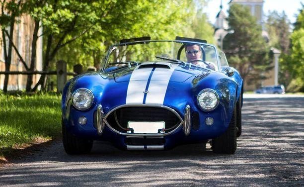 – Sinivalkoinen auto näytti heti perin suomalaiselta, Jukka selittää nopeaa ostopäätöstään.