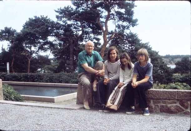 Urho, Timo, Tea ja Timon norjalainen ystävä Erik Kultarannassa 1970-luvun taitteessa. Urholla on jalassa balettitossumaiset pehmeät nahkakengät.