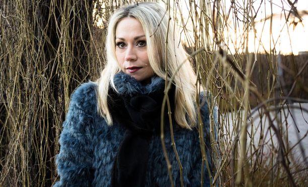 Anna Eriksson avautuu Eeva-lehdessä traumaattisesta lapsuuskokemuksesta.