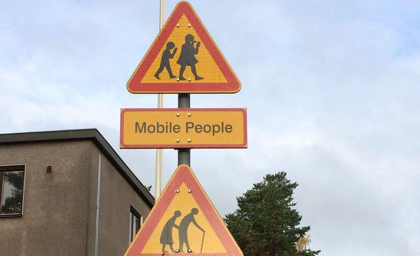Munkkiniemeen ilmestyneissä liikennemerkeissä kehotetaan autoilijoita varomaan somettavia lapsia ja ikäihmisiä.