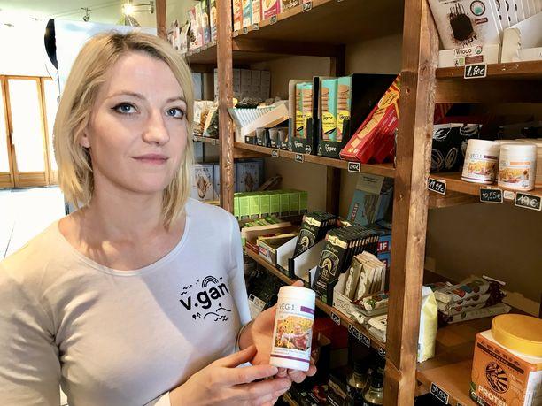 Brysseliläisen Vegasme -vegaanikaupan myyjän Natacha Legrandin mukaan kaikki kaupan asiakkaat tietävät hyvin, että vegaaniruokavalion kanssa on tärkeää syödä tarvittavia lisäaineita erilaisten puutosten välttämiseksi.