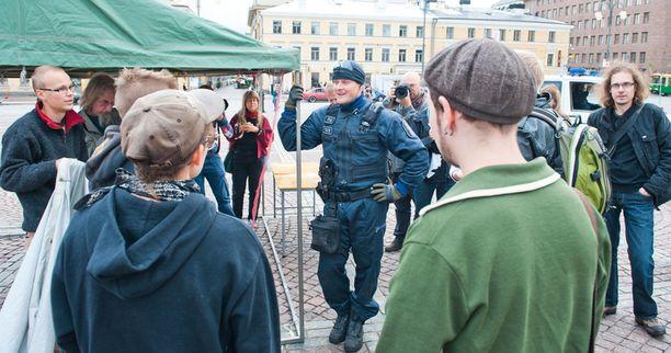 Poliisi käski aktivisteja purkamaan teltan.