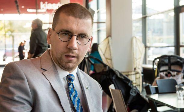 Vasta 26-vuotias nuorisopoliitikko Tynkkynen keikutti koko hallituksen venettä parin viikon ajan. Toiseksi suurimman hallituspuolueen rivit sekosivat, kun kannatus romahti ja varapuheenjohtaja väläytti hallituksen jättämistä.