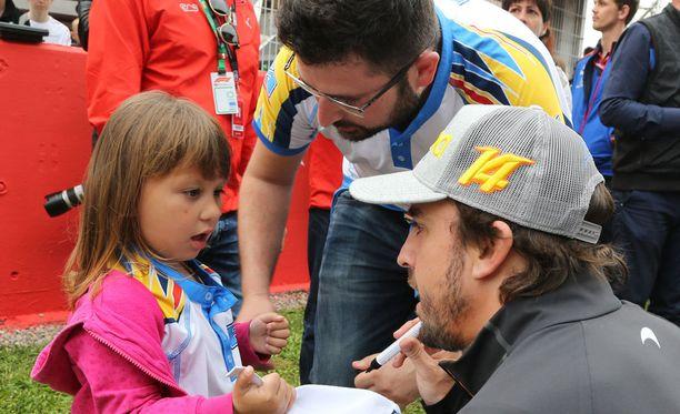 Fernando Alonso on tavannut viikonlopun aikana useita pieniä ihailijoitaan.