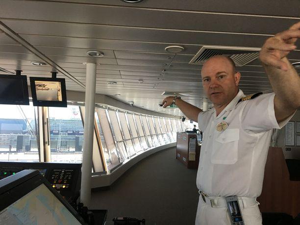 Kapteeni Svensson demonstroi aluksensa mittasuhteita. Leveä laiva saadaan silti läpi ahtaistakin salmista.