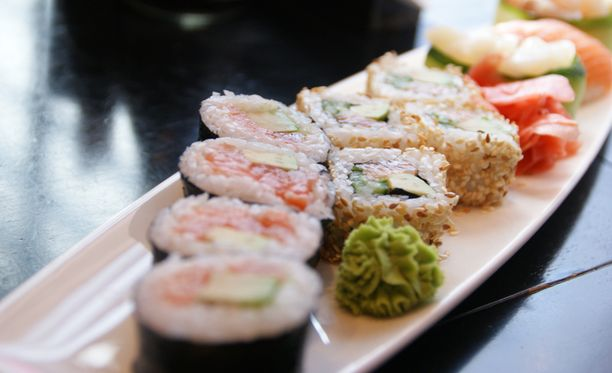 Jos nauttii pienen alkupalan ennen isoa ateriaa, voi välttää ähkyyn syömisen.