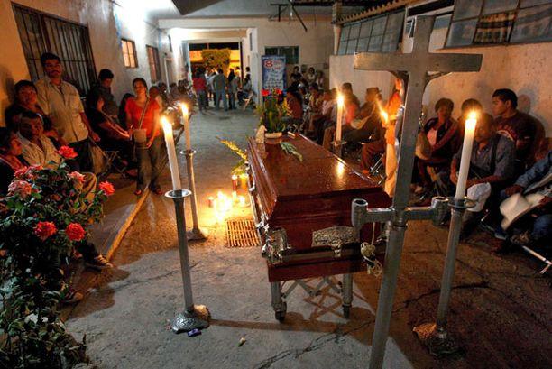 Tulituksessa surmansa saaneen meksikolaisnaisen hautajaisia vietettiin heti keskiviikkona Huahuapan de Leonin kaupungissa.