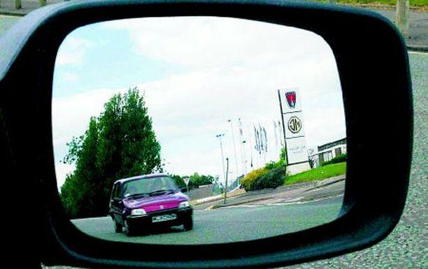 Kysyjää kiinnostaa miten vasemmanpuoleiseen liikenteeseen tehdyt autot eroavat meikäläisistä.