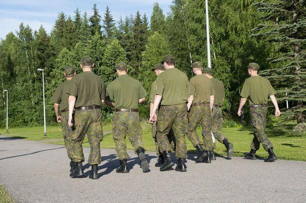 Armeijan alokasaikaan sisältyy paljon kävelemistä paikasta toiseen. Kuva Satakunnan lennostosta Pirkkalasta.