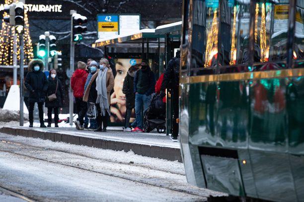 Viranomaiset ovat kehottaneet kaikkia hakeutumaan testeihin herkästi, pieniäkin oireita ilmaantuu, mutta osa Iltalehden lukijoista kokee silti, että testeihin pääsy on ollut hankalaa lieväoireisena.