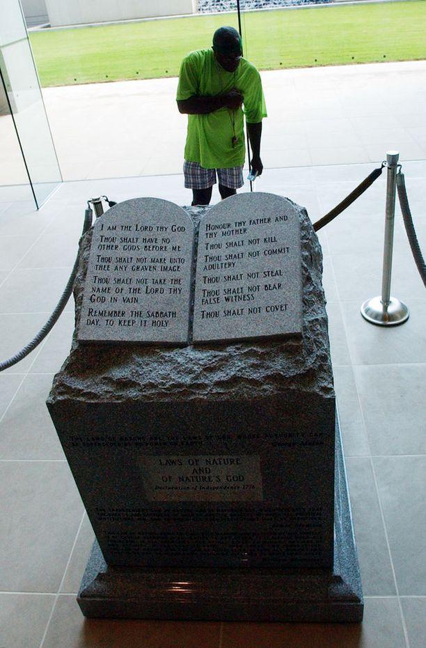 Roy Moore pystytti vuonna 2001 oikeustalolle Alabamaan Raamatun kymmentä käskyä esittävän patsaan ja uhmasi liittovaltion tuomioistuinta, joka määräsi poistamaan sen. Tämän seurauksena Moore menetti paikkansa Alabaman korkeimman oikeuden johtajana.