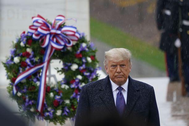 Presidentti Donald Trump ei sanonut sanaakaan osallistuessaan kansallisen veteraanipäivän muistojuhlaan Arlingtonin sotilashautausmaalla.