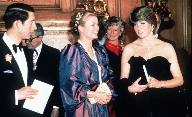 Grace Kelly prinssi Charlesin ja prinsessa Dianan kanssa hyväntekeväisyysgaalassa vuonna 1981.