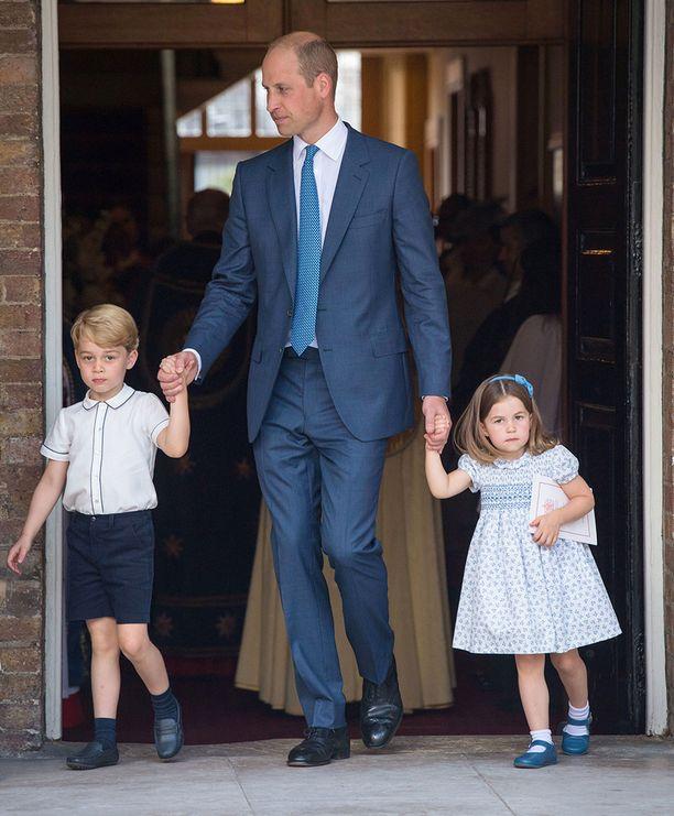 Prinssi Georgen virallinen syntymäpäiväpotretti otettiin pikkuveli Louisin ristiäisissä.