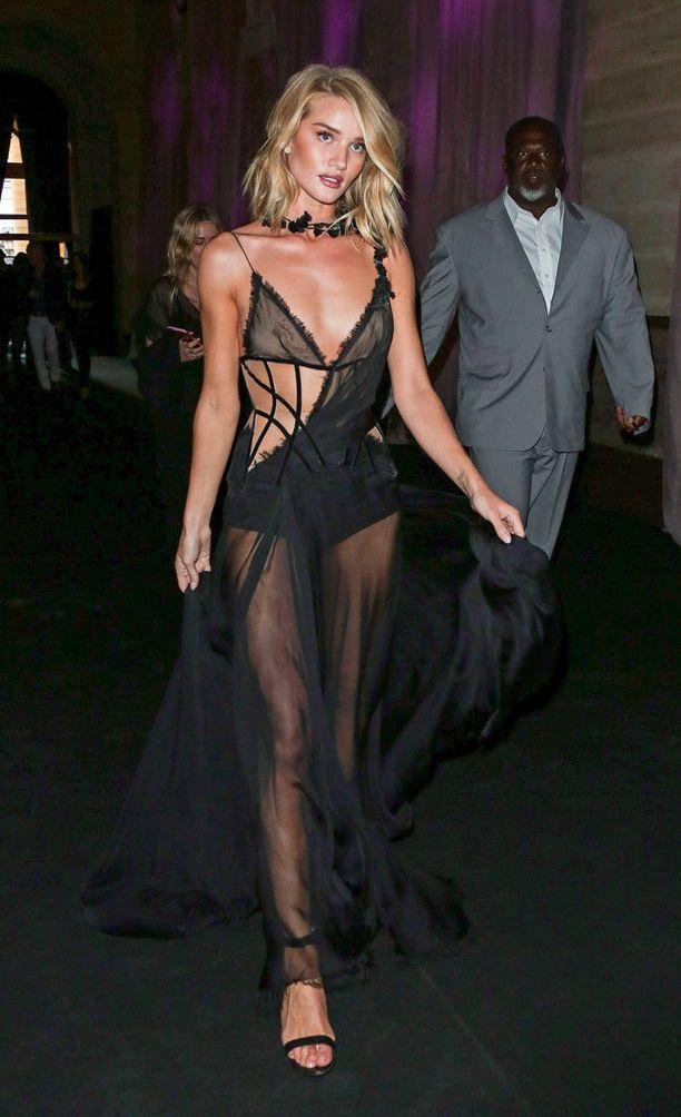 Huippumalli Rosie Huntington-Whiteleyn Versacen mekko on upea, mutta vaatii käyttäjältään täydellisen kropan.