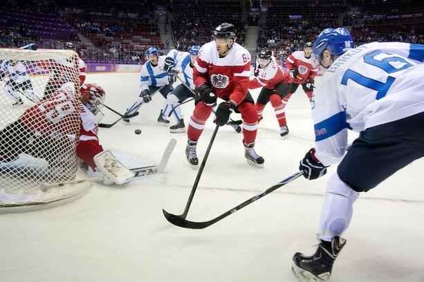 Aleksander Barkov ja Teemu Selänne pelasivat hetken aikaa samassa ketjussa Sotshin olympialaisissa. Barkovin turnaus loppui jo kahden ottelun jälkeen polvivamman takia.