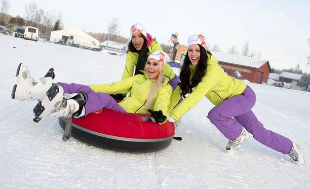 Mira Huttunen, Adeliina Kaasalainen ja Sara Kaistinen odottavat jännittyneinä Miss Helsinki –finaalia tämän kuun lopussa. Voittajaa odottaa vuoden pesti pääkaupungin pr-tyttönä. Kolmikko viiletti snowtubella mäkeä kirpeässä pakkasessa.
