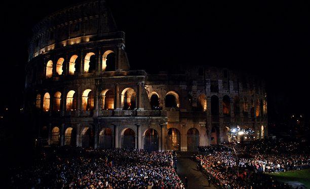 Roomassa tapahtuu pääsiäisenä. Kuvassa Via Crucis -kulkue Colosseumilla.