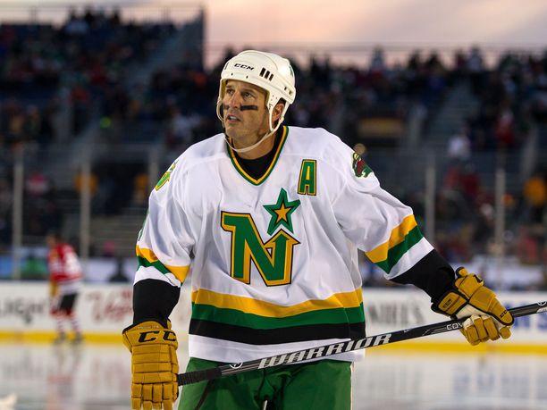 Ennen Link Gaetzia Minnesota North Stars varasi Mike Modanon (kuvassa). Modano edusti urallaan Norh Starsin lisäksi Dallas Starsia sekä viimeisellä kaudellaan Detroit Red Wingsiä. Kuvassa Modano NHL-alumnien näytösottelussa vuonna 2016.