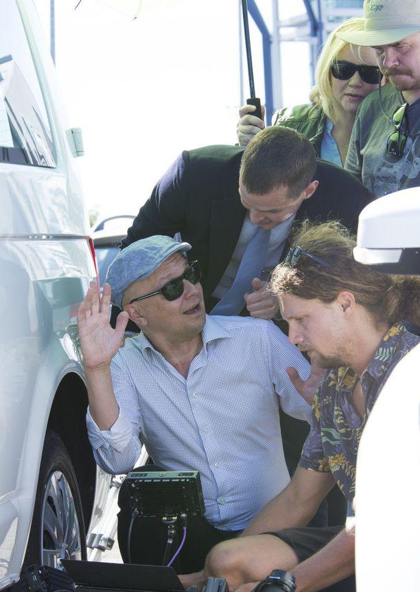 Ohjaaja Mika Ronkainen näytti ryhmälleen miten kohtaus meni.