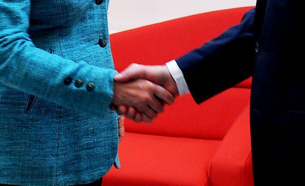 Suomalaisten mielestä molemman sukupuolen kätteleminen on yksi tärkeimmistä tavoista, joihin maahanmuuttajien pitäisi sopeutua.