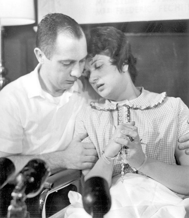 Chester ja Dora Fronczak kertovat lehdistötilaisuudessa varastetusta lapsestaan.