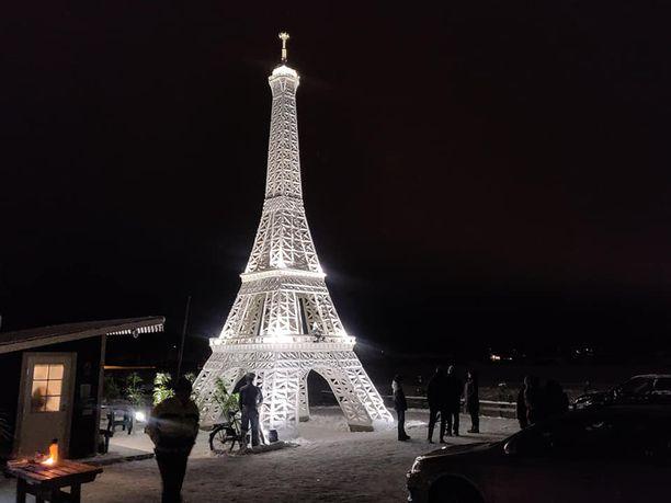 Pasin Eiffel-tornia voi toistaiseksi vain ihailla maanpinnalta, mutta pian ensimmäiseen kerrokseen pääsee myös kiipeämään. Valaistu Eiffel-torni näkyy pitkälle.