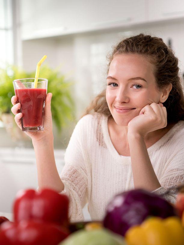 Jos juot joka päivä puoli litraa sokeripitoista virvoitusjuomaa, energiajuomaa tai täysmehua, vaihtamalla juomat kalorittomiin kalorit saat joka päivä 200 kilokaloria vähemmän kuin ennen.