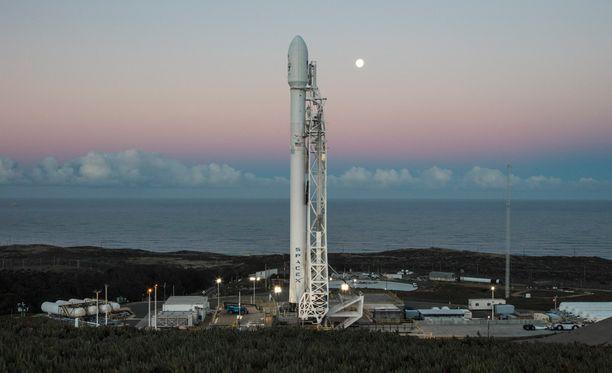 SpaceX:n Falcon 9 -kantoraketti odotti lähtöä laukaisualustalla 13. tammikuuta.