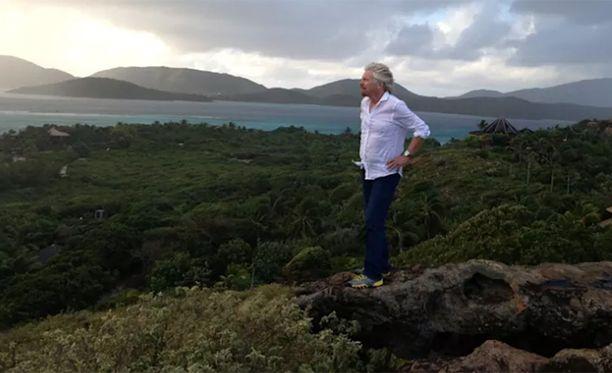 Miljardööri Richard Branson on päättänyt jäädä saarelleen, vaikka vaarallinen myrsky lähestyy.
