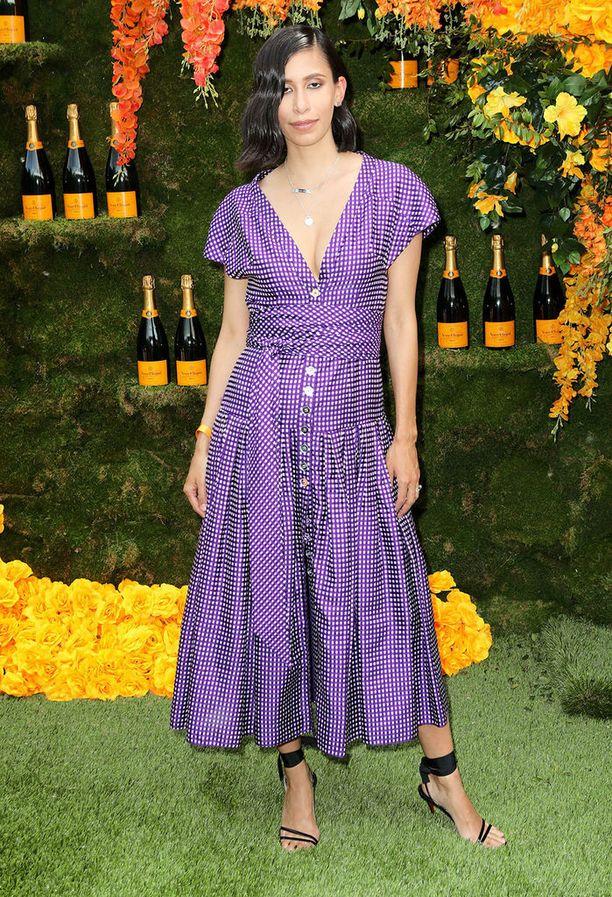 Ehkä sittenkin ruutua? Muotisuunnittelija Michelle Ochsin leningin mallissa rakastamme myös violettia väriä, midimittaa ja ennen kaikkea trendikästä napitusta.