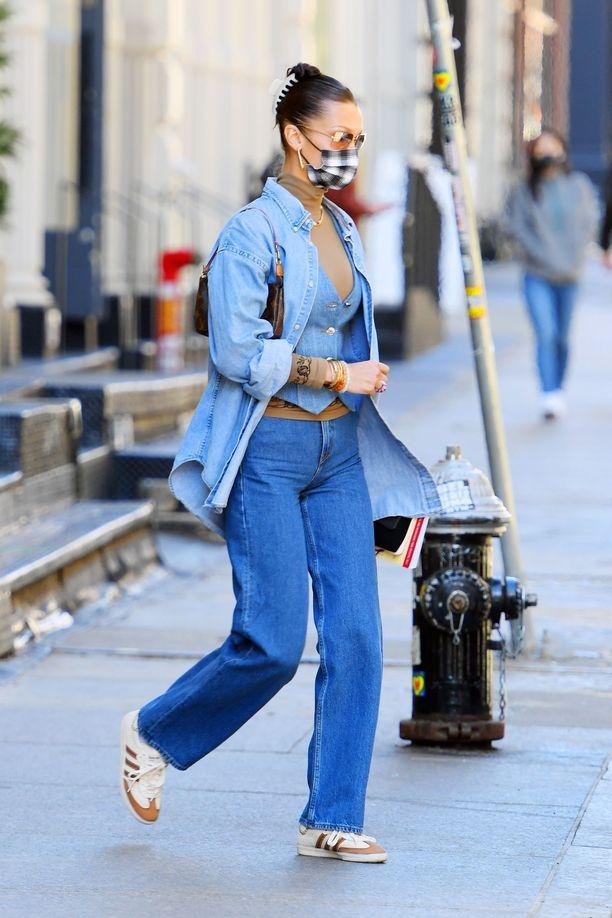 Bella Hadid pukee farkkua päästä varpaisiin. Rento farkkupaita on kiva vaihtoehto farkkurotsille.