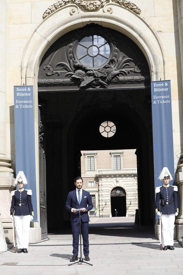 Prinssi toivotti kansalaiset tervetulleiksi Kuninkaanlinnaan.